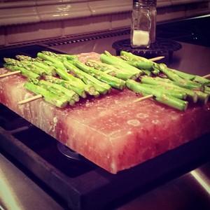 Himalayan rock salt cooking is cool!! #healthycooking #asparagus #organiccooking #organic