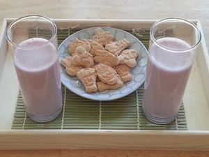 Fresh organic strawberry milk & cookies - Quick Snack