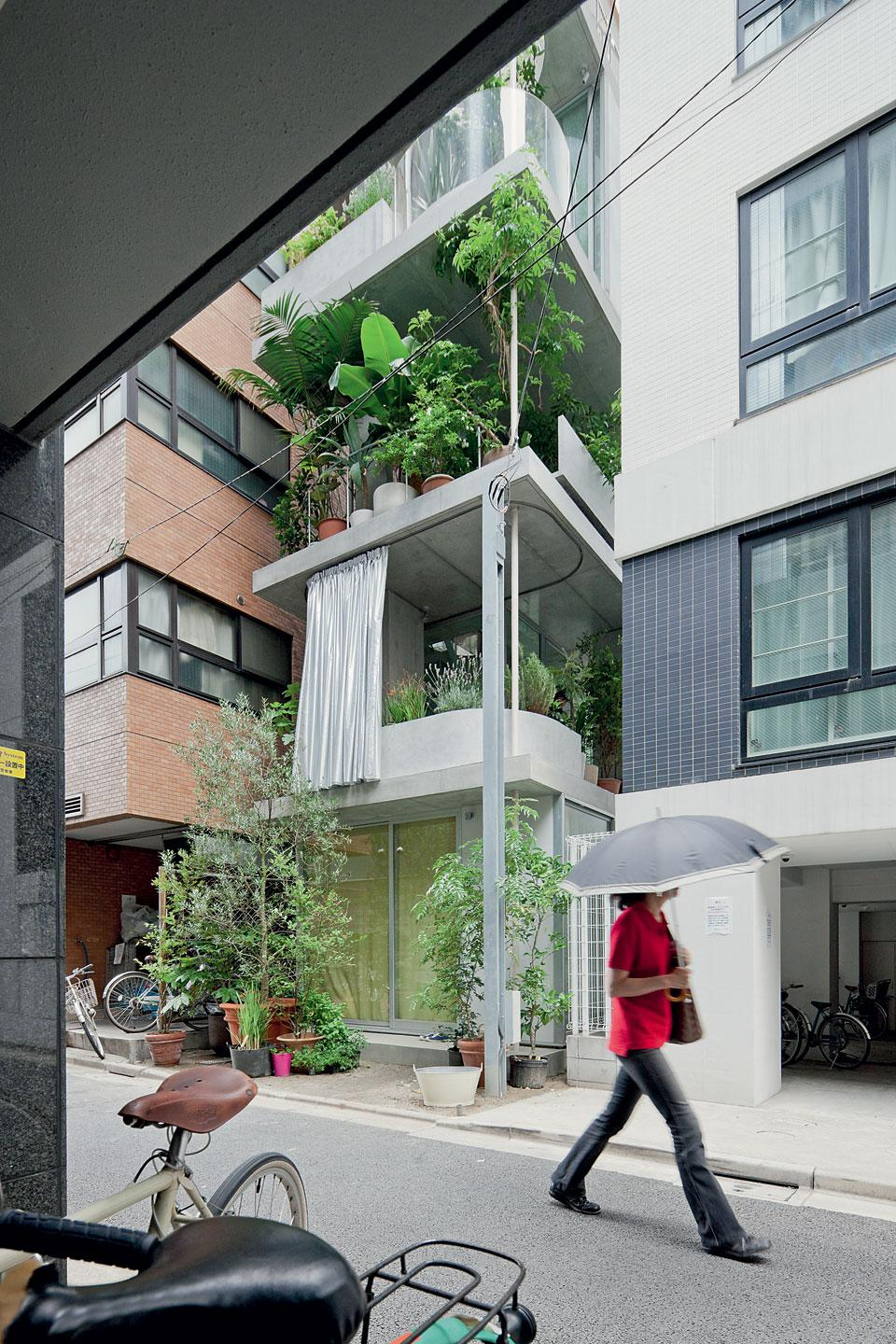 Garden house tokyo five storey townhouse is a high rise for Architecture suspendue